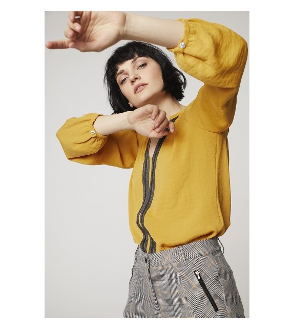 Camisa amarilla rayitas centro
